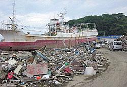 〔気仙沼市〕幹線道路の瓦礫は撤去されていますが、その他の場所の船や瓦礫はまだ残ったままです。