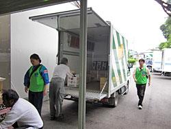 現地で「リス号」と呼ばれているグリーンコープのトラック。この日は、大阪パルコープの方が救援物資の積み込みをしていました。