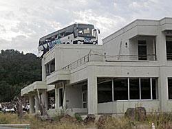 女川や雄勝地区も大きな被害を受けており、まだこのような状態のところも。