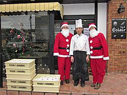 石巻市渡波(わたのは)にあるケーキ店「エクレール」は、2階の天井まで津波が入り全壊の状態から復興を果たされました。ご主人は、被災地の子どもへクリスマスケーキを届ける取り組みに快く応じていただき、心を込めて作ってくれました。