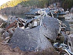 小さな漁村では今なお瓦礫がそのままの状態のところもあります。