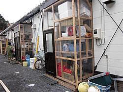 仮設住宅の玄関からすきま風が入り室温が上がらないという声を受け、2重扉の工事がすすめられています。