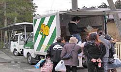 山元町での在宅の被災者のところには薄い毛布しか配られていなかったため、毛布の追加要望に応え、配布会で予約を受けた毛布をトラック(リス号)2台分お届けしました。