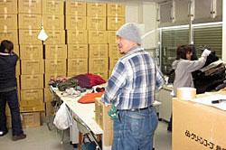 倉庫内での、他団体への物資振り分け作業なども、ボランティアの方たちに協力いただいています。