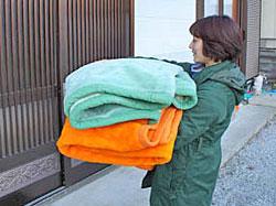 在宅の被災者向けに、復興ニュースや地元新聞に毛布提供の案内をし、必要とされる被災者に毛布をお届けしています。
